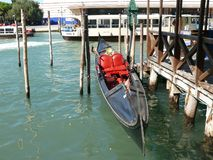 Abbandoned-Gondel in Venedig-Kanal Stockfotos