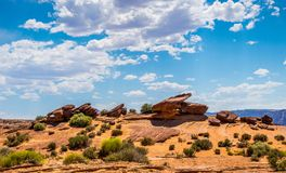 Abbandoni il paesaggio del sud-ovest di U.S.A. Pietre e cielo blu stagionati rossi fotografie stock libere da diritti