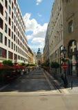 Abbandoni la via nella vista di Budapest A della chiesa di Szent Istvan fotografia stock