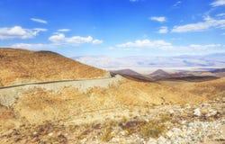 Abbandoni la vista di vecchia strada principale della traccia dello Spagnolo, Nevada, U.S.A. immagine stock