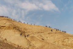 Abbassamento estremo della gente dall'alta montagna nel bello deserto della natura in pittoresco judean asciutto Immagini Stock Libere da Diritti