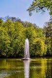 Abbassi il lago con la fontana del ` del serpente del ` nel parco fotografia stock
