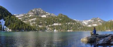 Abbassi il lago freddo. Montagne di missione Fotografie Stock Libere da Diritti