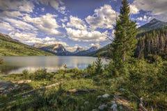 Abbassi il lago green River con la montagna superiore quadrata fotografia stock