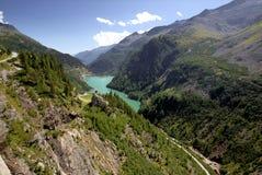 Abbassi il serbatoio di acqua della diga di Kolnbrein, Carinzia, Austria Immagine Stock