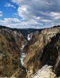 Abbassi la cascata del Yellowstone immagine stock