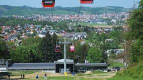 Abbassi la stazione della cabina di funivia sulla montagna di Pohorje a Maribor, Slovenia di estate video d archivio