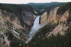 Abbassi le cadute di Grand Canyon di Yellowstone Fotografie Stock
