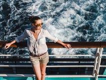 Abbastanza, donna sveglia sulla piattaforma vuota fotografia stock