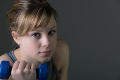 Abbastanza, dumbbells di sollevamento della giovane donna Fotografia Stock Libera da Diritti
