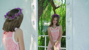 Abbastanza giovane ammirare di modello allo specchio all'aperto lentamente video d archivio