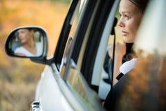 Abbastanza, giovane donna che conduce la sua automobile Fotografie Stock Libere da Diritti