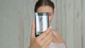 Abbastanza, giovane donna con bello trucco e acconciatura elegante che prende selfie archivi video