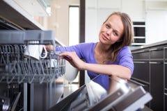 Abbastanza, giovane donna nella sua cucina moderna e ben attrezzata Immagine Stock Libera da Diritti