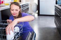 Abbastanza, giovane donna nella sua cucina moderna e ben attrezzata Immagini Stock Libere da Diritti