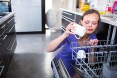 Abbastanza, giovane donna nella sua cucina moderna e ben attrezzata Fotografie Stock