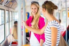Abbastanza, giovane donna su un tram/linea tranviaria Immagine Stock Libera da Diritti