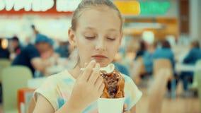 Abbastanza la ragazza mangia il posto del caffè del cono della cialda del gelato video d archivio