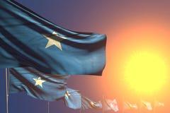 Abbastanza molte bandiere della Somalia sulla diagonale disposta tramonto con bokeh e sullo spazio per il contenuto - qualsiasi i royalty illustrazione gratis