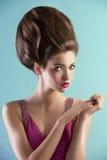 Abbastanza nel colore rosa con stile di capelli di alte mode Fotografia Stock