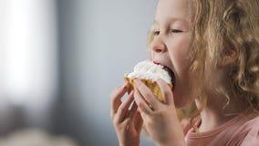 Abbastanza poca ragazza caucasica che mangia dolce e che gode del gusto perfetto del dessert fotografia stock libera da diritti