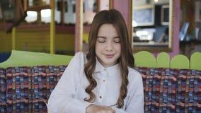 Abbastanza, sorridere e ragazza che leggono il menu in caffè 4K archivi video