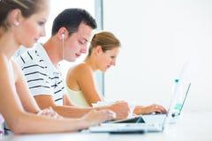 Abbastanza, studentessa con i libri e computer portatile Immagini Stock