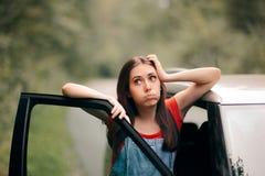 Abbattimento della donna di viaggio perso sulla strada fotografie stock
