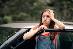Abbattimento della donna di viaggio perso sulla strada immagine stock libera da diritti