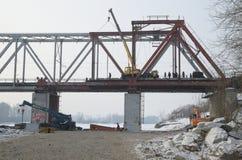 Abbau der alten Brücke über dem Fluss Russland Abakan Stockbild
