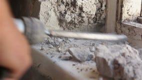 Abbau des alten Fensters Arbeiten mit einem Perforator stock footage