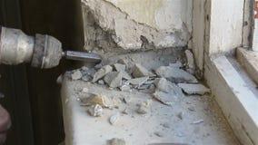 Abbau des alten Fensters Arbeiten mit einem Perforator stock video footage