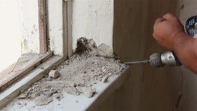 Abbau des alten Fensters Arbeiten mit einem Perforator stock video