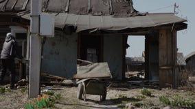 Abbau des alten Holzhaus timelapse Videos stock video