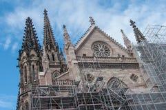 Abbau des Baugerüsts nach der Erneuerung der Fassade des Tempels St. Etienne Lizenzfreie Stockfotografie