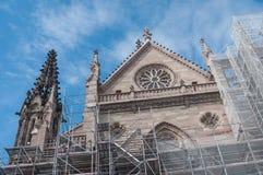 Abbau des Baugerüsts nach der Erneuerung der Fassade des Tempels St. Etienne Stockfotografie