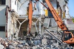 Abbau des Gebäudes mit schwerer industrieller Maschine Stockfoto