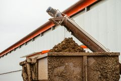Abbau des Geflügeldüngemittels von einem Geflügelhaus Lizenzfreie Stockfotos