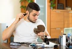 Abbau des Haares von der Nase Lizenzfreie Stockfotos