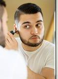 Abbau des Haares von der Nase Lizenzfreies Stockfoto