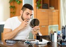 Abbau des Haares von der Nase Stockfotos