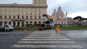 Abbau des Weihnachtsbaums Spelacchio vom Marktplatz Venezia, Ro Stockfotos