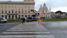 Abbau des Weihnachtsbaums Spelacchio vom Marktplatz Venezia, Ro Stockbild