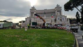 Abbau des Weihnachtsbaums Spelacchio vom Marktplatz Venezia, Ro Stockfotografie