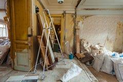 Abbau des Wohnungsinnenraums vor Verbesserung oder Umgestaltung, Erneuerung, Erweiterung, Wiederherstellung, Rekonstruktion Lizenzfreies Stockfoto