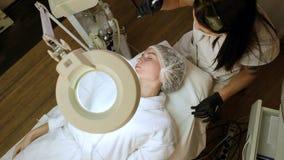 Abbau von Blutgef??en auf dem Gesicht eines Diodenlasers in einer kosmetischen Klinik stock video