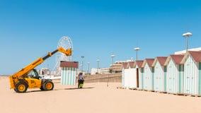 Abbau von Strandhütten am Ende der Sommersaison Lizenzfreie Stockfotos