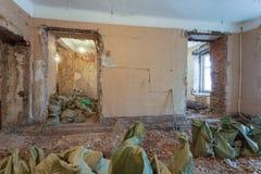Abbau von Wohnung ` s Innenraum vor Verbesserung oder Umgestaltung, Erneuerung, Erweiterung, Wiederherstellung, Rekonstruktion Lizenzfreies Stockfoto