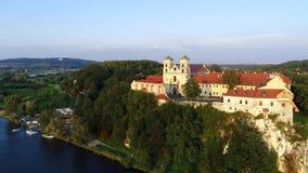 Abbaye bénédictine dans Tyniec et fleuve Vistule, Cracovie, Pologne banque de vidéos