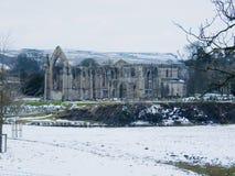 Abbaye de fontaines dans la neige photos libres de droits